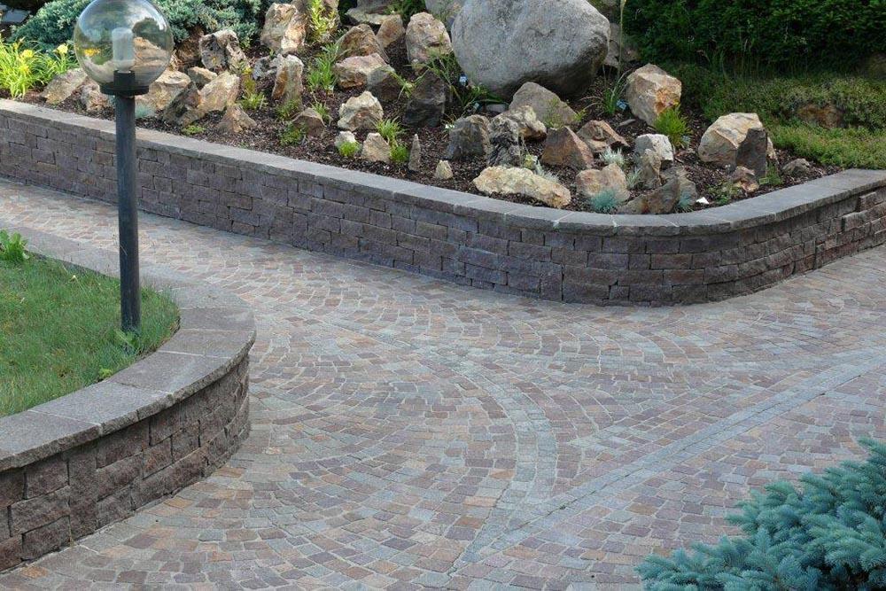 Arredo giardino in pietra con fontane fioriere tavoli - Muri da giardino ...