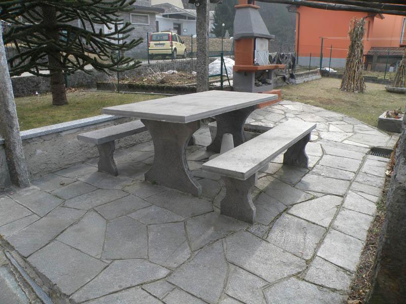 Tavoli Di Pietra Da Giardino.Arredo Giardino In Pietra Con Fontane Fioriere Tavoli