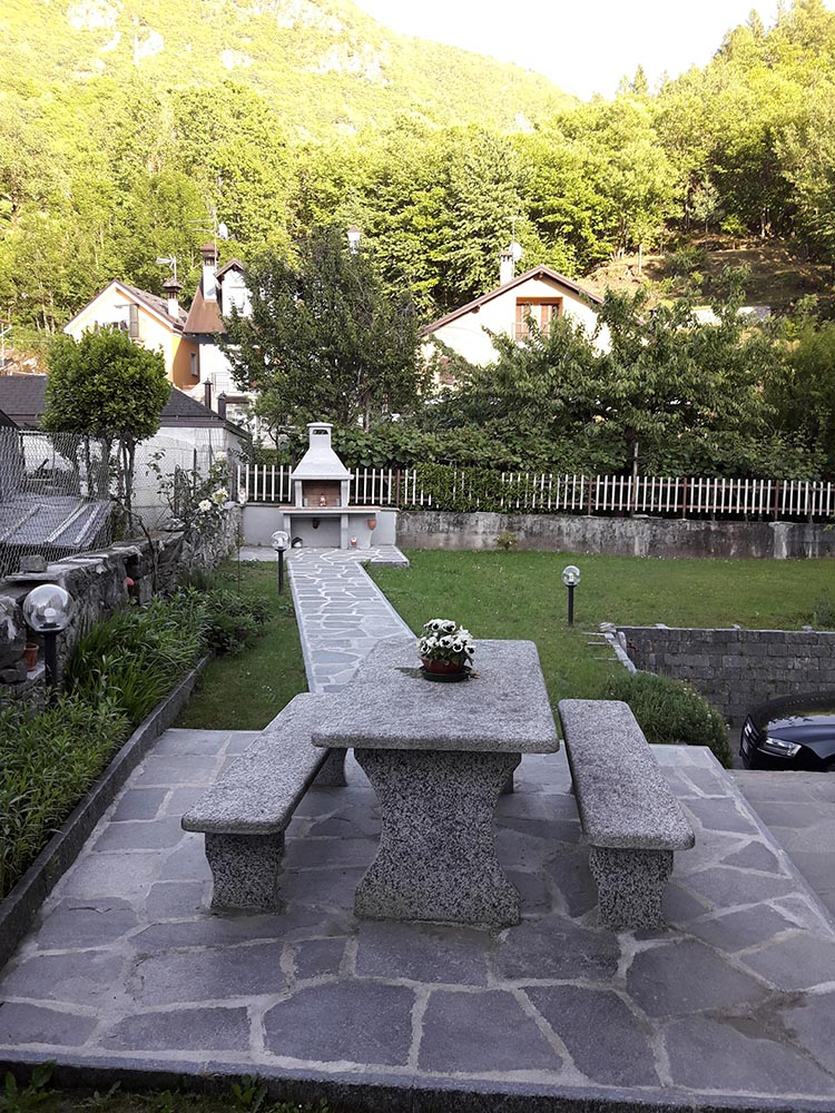 arredo giardino in pietra con fontane fioriere tavoli