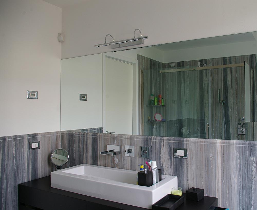 Top bagni in marmo lavorato con metodi tradizionali - Rivestimento bagno in pietra ...