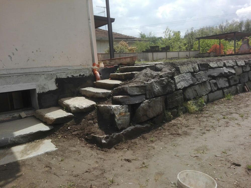 Vendita pietre per scogliere e frangiflutti muri di - Scale per giardini ...